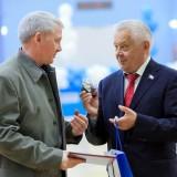 Владимир Столяров награждает тренерский состав