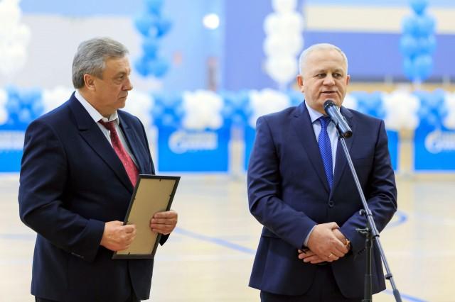 Владимир Макаров передает школе денежные средства