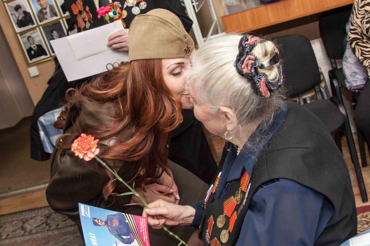 Работники компании поздравляют ветеранов с Днем Победы